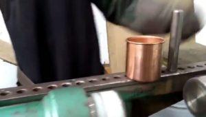 Il transforme une plaque de cuivre en une tasse