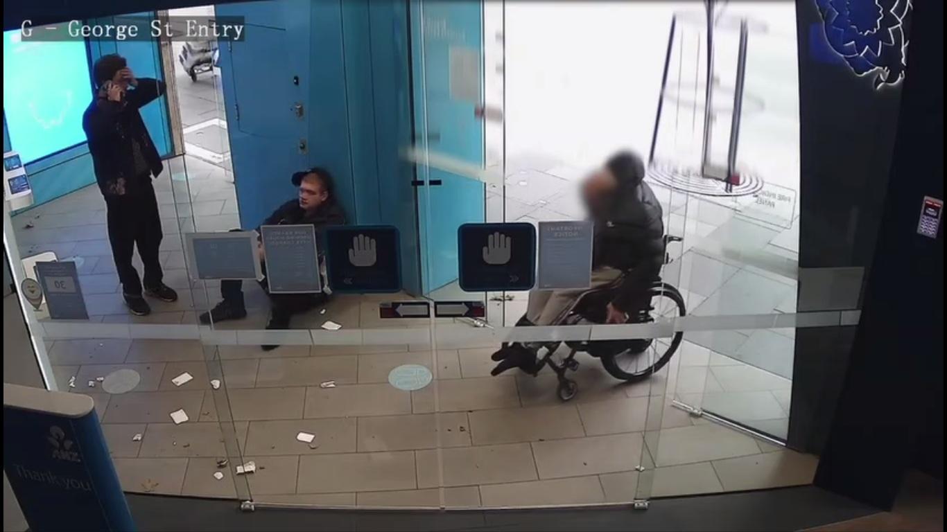 Ils volent un homme handicapé à un distributeur automatique de billets