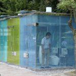 Toilettes publiques aux parois en verre qui deviennent opaques lorsqu'elles sont occupées