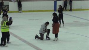 Il demande sa petite amie en mariage dans une patinoire