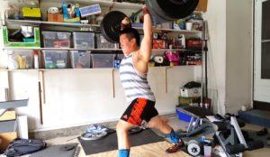 Un haltérophile s'entraîne à domicile et renverse tout
