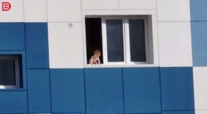 Un pompier sauve un enfant sur le rebord d'une fenêtre au 5ème étage