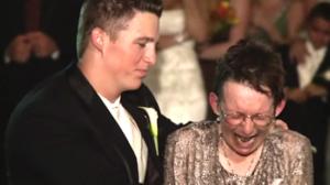 A son mariage, ce fils a réalisé une incroyable danse avec sa mère en fauteuil roulant