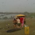 Beau jour à la plage le long de la rivière et soudain tout a changé