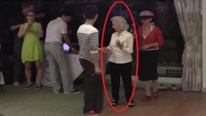 Cette Mamie fête ses 90 ans. Voyez ce qu'elle fait sur cette piste de danse. Superbe danseuse !