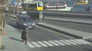 Cette vieille dame tente de traverser la rue, Voyez les réactions des gens !