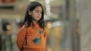 Expérience sociale: Une fillette pauvre laissée seule dans la rue se fait ignorer des passants!