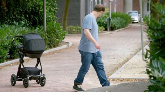 Il pousse la poussette et son bébé à l'intérieur vers le mûr, Voyez pourquoi !
