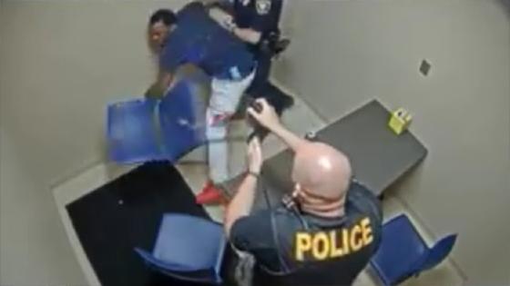 Un prisonnier tente de voler l'arme d'un policier dans une salle d'interrogatoire
