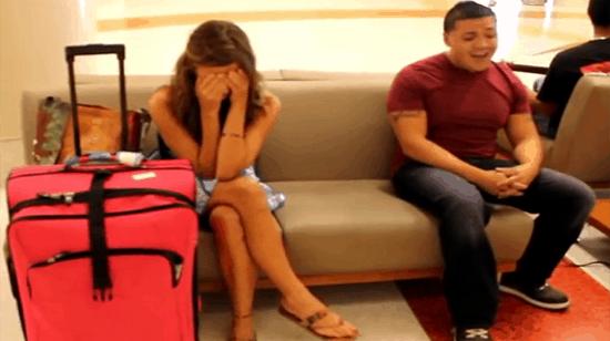 Une jeune femme attend son amoureux à l'aéroport. La suite est émouvante !