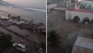 Il filme un tsunami qui frappe sur une plage en Indonésie