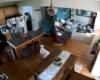 Un chien apporte un tuyau d'arrosage dans la maison et met de l'eau partout dans le salon