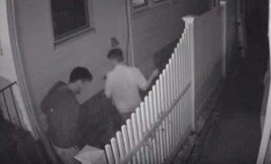 Cet habitant près d'un bar piège son allée pour arroser les pisseurs