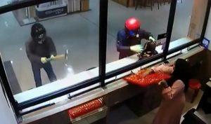 Deux vendeuses aident les braqueurs à voler en leur donnant tous les bijoux !