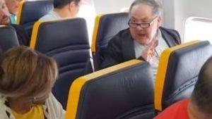 Un raciste refuse d'être assis à côté d'une femme noire et l'inonde d'insultes
