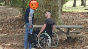 Il vole 500€ a un mec en fauteuil roulant !