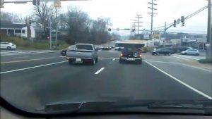 Ils hallucinent en voyant deux pick-ups faire du twerk à un feu rouge !