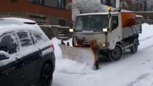 Un chasse-neige glisse et percute des voitures dans une descente (Belgique)