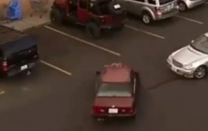 VIDÉO : Il récupère sa place en parking grâce à son Jeep