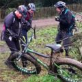 VIDÉO Un cycliste coince son VTT dans une clôture électrique