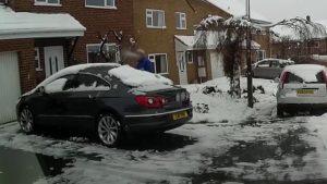 Voilà pourquoi il faut déneiger sa voiture avant d'ouvrir le coffre !