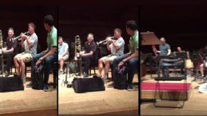 Ce musicien complète la mélodie avec le bruit fait par la chaise