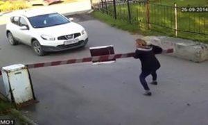 Cette femme en colère descend de sa voiture et détruit une barrière