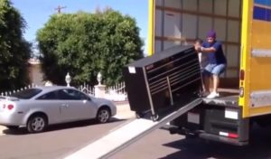 Deux déménageurs passent un mauvais moment pendant le déchargement de camion