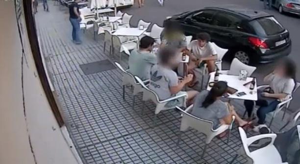Le balcon d'un immeuble se détache et tombe sur les gens assises sur la terrasse d'un café
