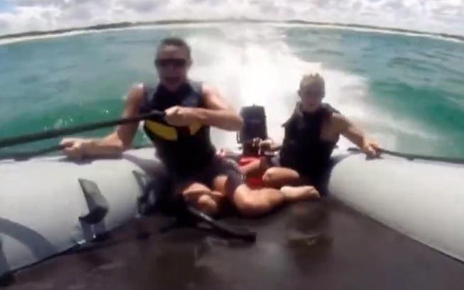 Leur bateau se renverse et les requins mortels attendent en mer !
