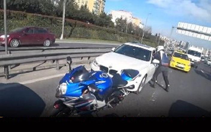 Un motard s'est fait serré contre la barrière de sécurité par un automobiliste