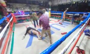 Un touriste bourré veut faire un combat dans le ring de boxe Thaîe