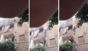 Le Spiderman égyptien escalade un immeuble et sauve une famille d'un incendie