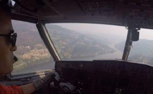 Le bombardier d'eau Canadair CL-415 fait un remplissage dans une rivière
