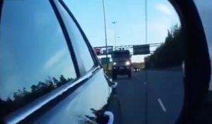 Un camion dépasse les voitures à 160 km/h