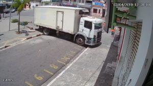Quand un camionneur oublie de serrer le frein à main