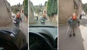Cette femme en béquilles refuse de laisser passer une voiture et se met en colère