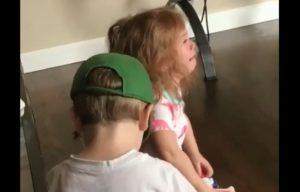 Cette petite fille utilise un pistolet Nerf pour en finir