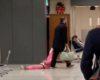 Sa fille refuse de bouger traîné par le capuchon