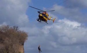 Un hélicoptère percute les câbles électriques et le sauveteur et la victime chutent