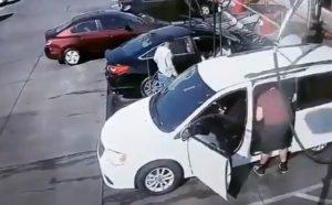 Cet homme qui lave sa voiture en self-service, surpris par l'inattendu
