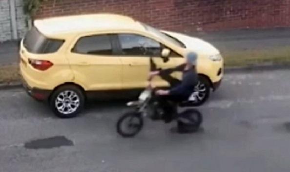 Ce mini-motocycliste casse les rétroviseurs de voitures et se fait punir