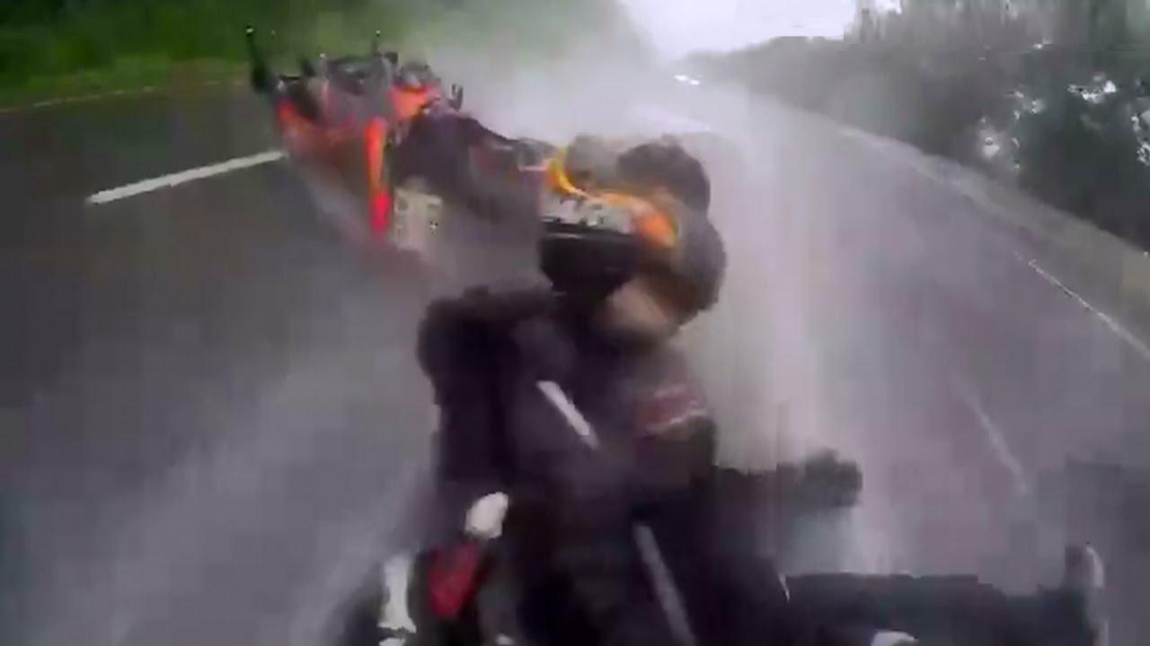 Ce motard sauve sa petite amie dans un accident sous la pluie