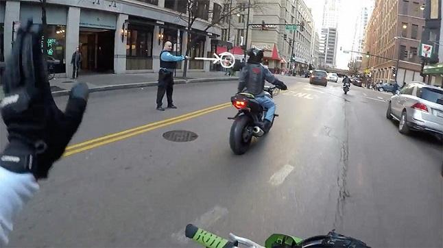 Un officier a jeté du café sur un motard
