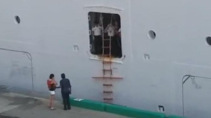 Elle rejoint son bateau de croisière avec une échelle de corde