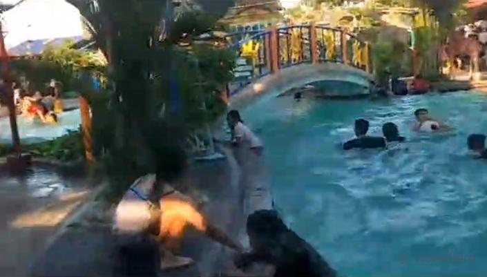 Un tremblement de terre frappe une piscine pour enfants provoquant des vagues