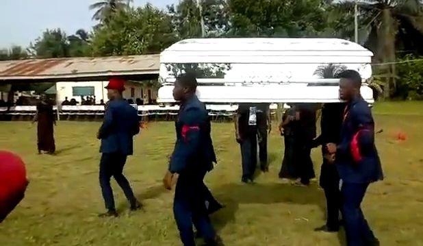 Un cadavre tombe du cercueil alors que les porteurs de cercueil dansent