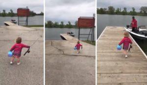 Cette fillette excitée se dirige vers le bateau de son père pour aller pêcher
