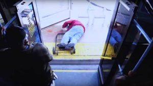 Un homme âgé a été poussé d'un autobus par une femme et meurt
