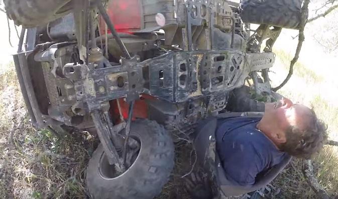 Un motard trouve un homme bloqué sous son quad et le sauve